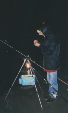 丹尼正在綁釣組